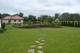 Ścieżka w trawniku z naturalnego kamienia.