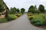 Krajobraz poza posesją stanowi przedłużenie nasadzeń w założonym ogrodzie.