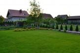 Trawnik zakładany z rolki wymaga dobrego nawożenia by nabrać żywozielonej barwy.