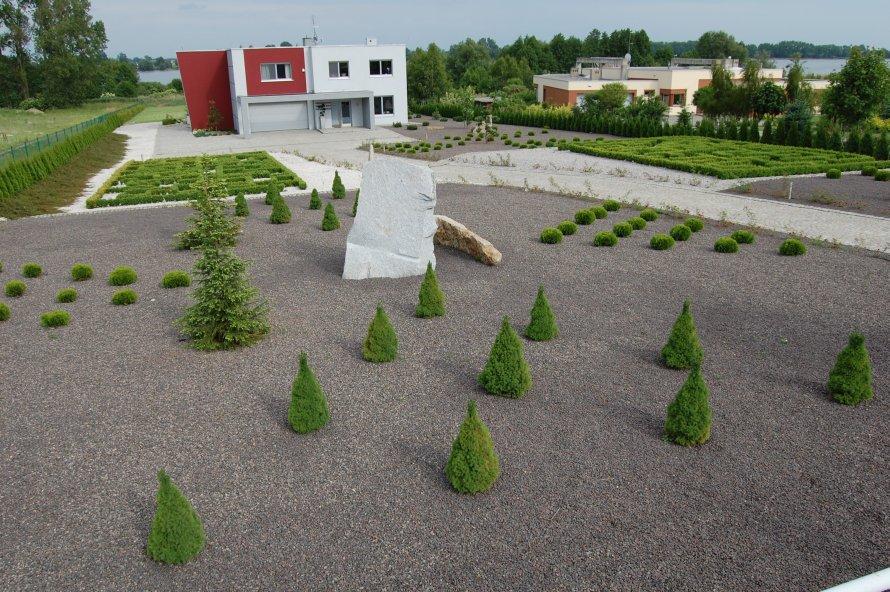 Każdy taras tego ogrodu zaprojektowano w stylu geometrycznym. Najciekawszą jego częścią są labirynty z bukszpanu.